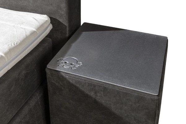 Boxspringset Skully nachtkastje RVS logo